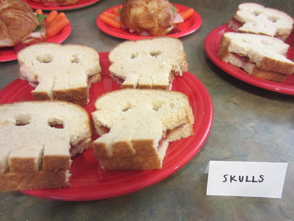skull-bread-pirate-party-idea-35