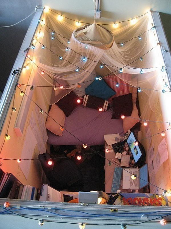 It's a cool cubicle decorating idea for holiday.