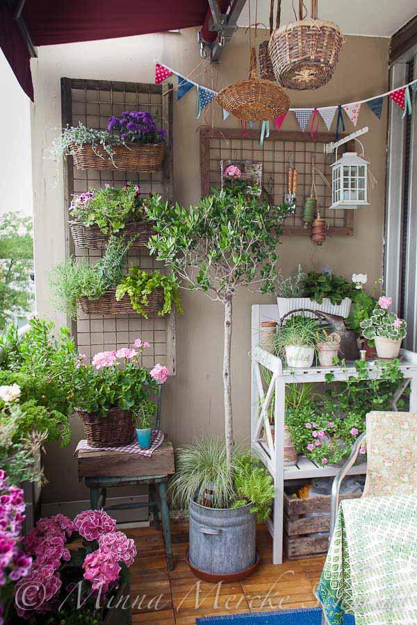 Countrt Style Balcony Garden Idea,