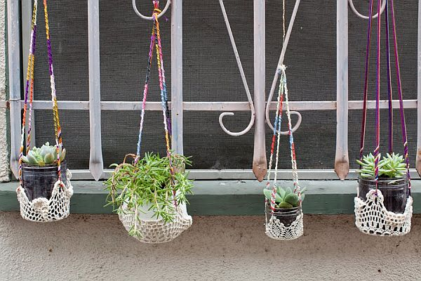 The hanging planters are made of a variety of colored embroidery floss and recycled condiment jars. It is perfect for your balcony, terrace or window decoration.
