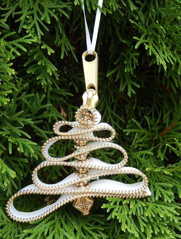 Beautiful Christmas tree ornaments made from zippers,