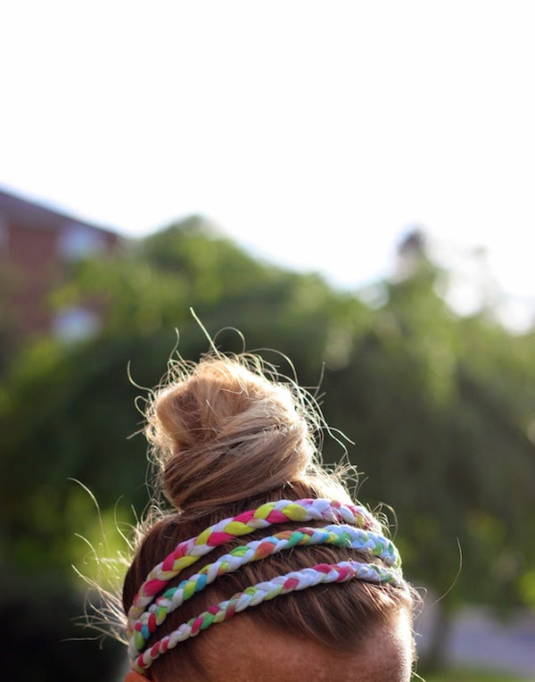 DIY Braided Tie-dye Headbands with your Old T-shirt.If you can braid, you can make this handful of fun DIY tie dye headband out of some unwanted T-shirts. It is perfect for basking in the summer sun. Make one for yourself or your sisters.