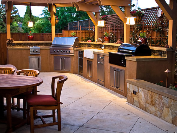 The combination of the lighting and the colors in this outdoor kitchen makes it looking more modern. Everything here looks very harmony.