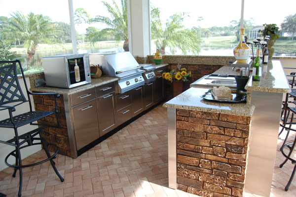This outdoor kitchen features a good view of the nature scenery around. Holding a party here will make your gusts feel more free and comfortable.