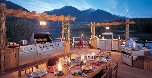 A view of the spectacular snow-clad mountains and the big lake near your backyard makes this outdoor kitchen even more amazing.