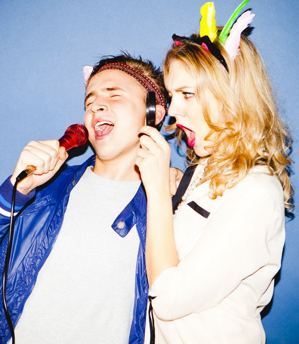 Hit up a Karaoke Bar. Singing together is a good way to relax and bond your love relationship. It's great to head to a karaoke bar and sing the night away.