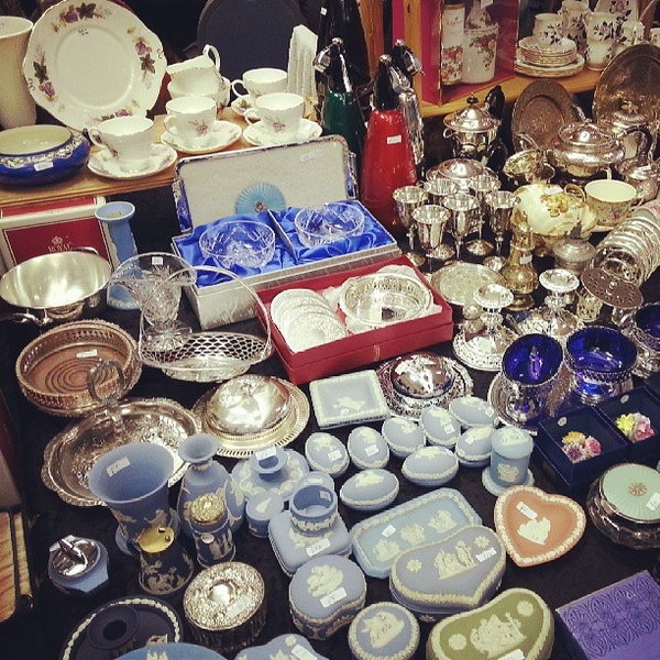 Searching Treasures.Girls always like shopping, why not take your girlfriend to a flea market and picking up the most valuable present for her?