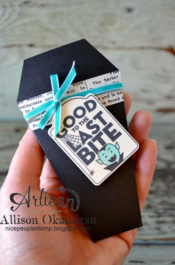 These super cute DIY Vampire Coffin Halloween Treat Pouch was created with the Gift Envelope and Trims Thinlits Die.
