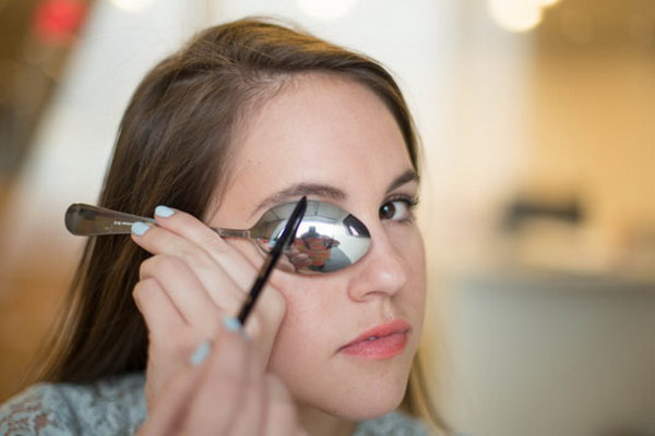 Get the Perfect Eyebrow Arch with a Spoon.