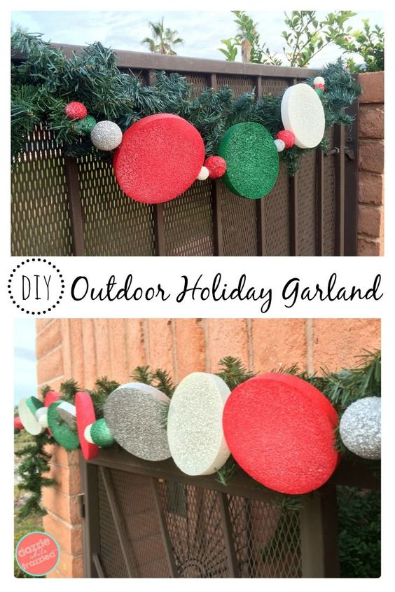 DIY Festive Outdoor Holiday Garland From Foam Spheres And Dishs.