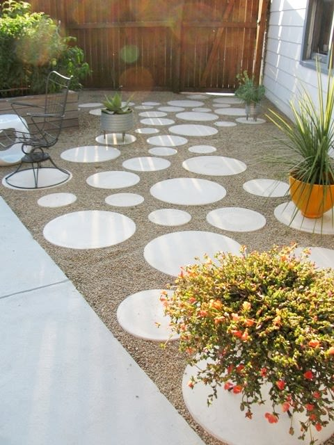 Circle Pavers In Pea Gravel.